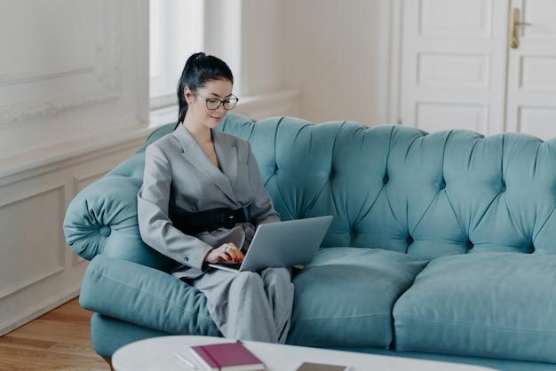 オンラインコミュニケーションに集中した優雅で豊かな女性