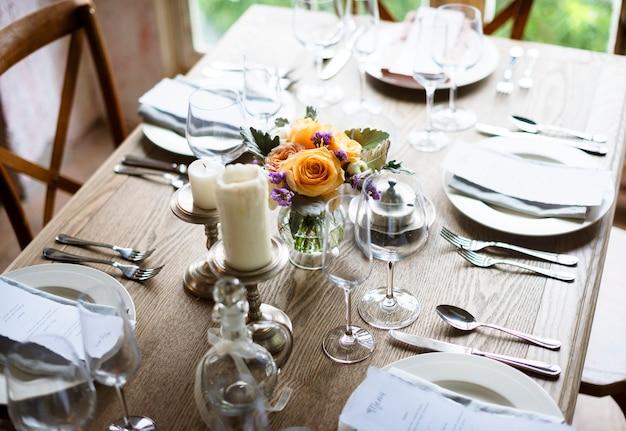 메뉴 카드로 리셉션을위한 우아한 식당 테이블 설정 서비스