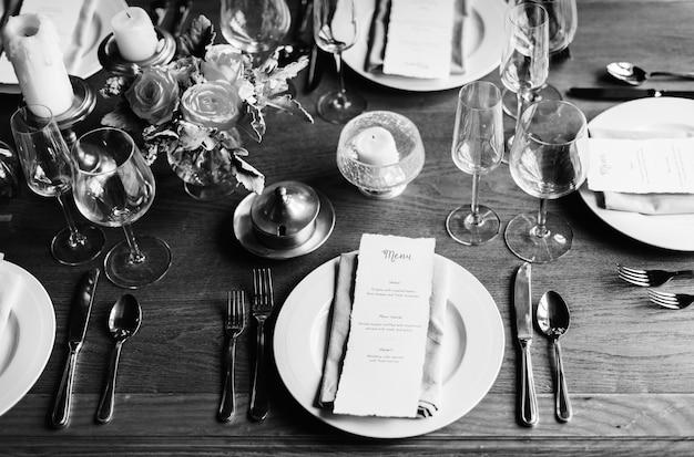 Элегантная сервировка столиков в ресторане для приема с картой меню