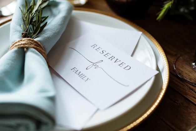 Элегантная настройка стола стола для приема с зарезервированной картой