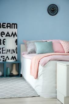 편안한 침대가있는 우아한 객실 인테리어