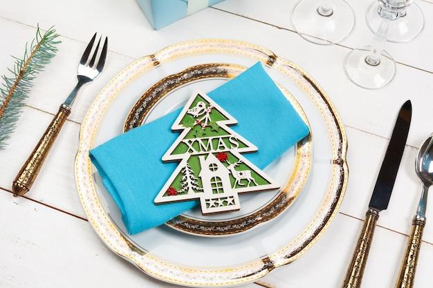 Элегантная деревенская рождественская сервировка сверху