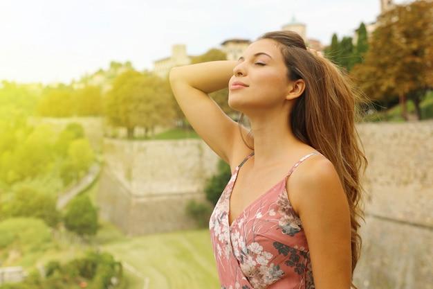Элегантная чувственная модная женщина дышит на открытом воздухе.