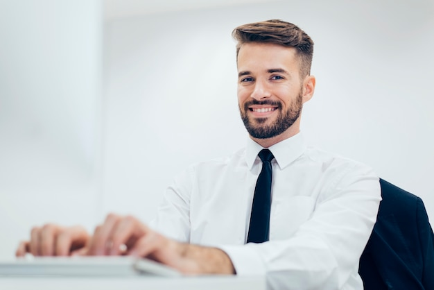 우아한 웃는 남자는 컴퓨터에 입력