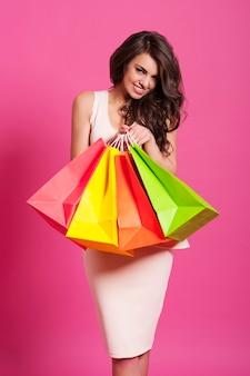 Donna elegante e sorridente con le borse della spesa