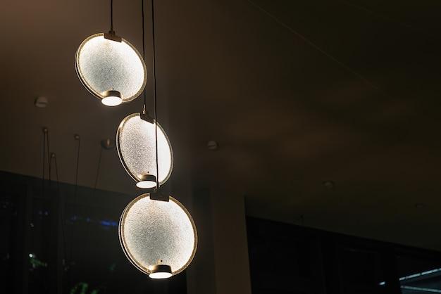 エレガントでスタイリッシュなシャンデリア。点灯しているモダンなledペンダントライトランプ。