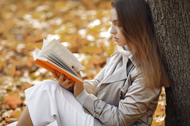 Elegant and stylish girl in a autumn park