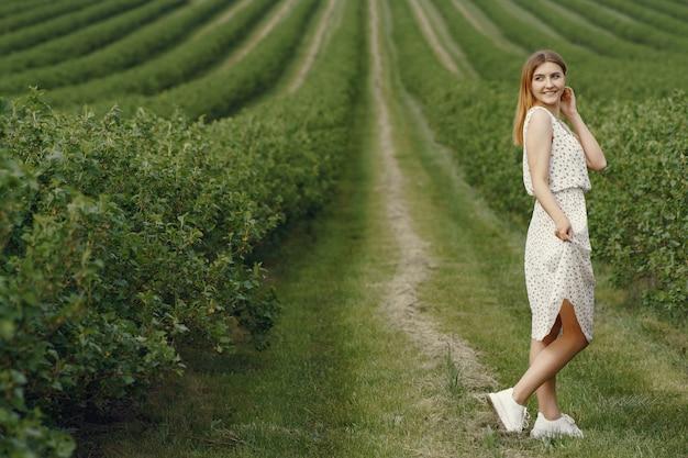 Ragazza elegante e alla moda in un campo estivo