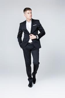 スーツのエレガントな成功した男