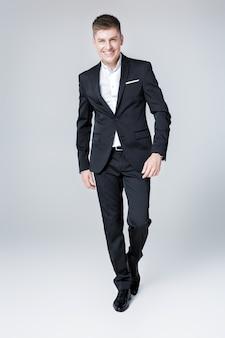 スーツのエレガントな成功した笑顔の男