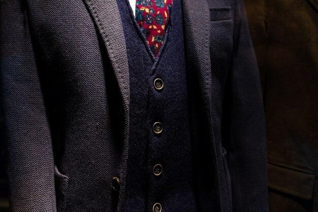 성숙한 사업가의 조끼와 양모 재킷과 우아한 정장.
