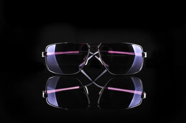 Элегантные солнцезащитные очки на черном фоне