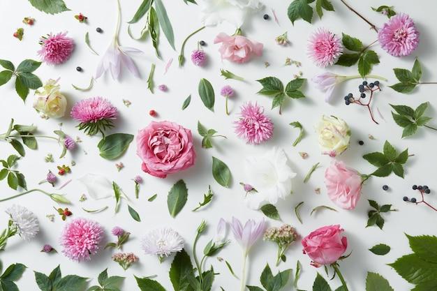 ピンクのバラのエレガントなテーブル