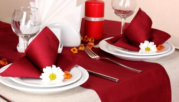レストランのエレガントなテーブルセッティング Premium写真