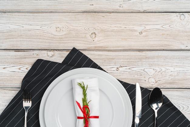 木製の背景にお祝いの装飾が施されたエレガントなテーブルセッティング Premium写真