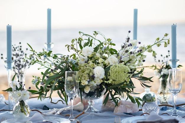 해변 결혼식을위한 블루 파스텔의 우아한 테이블 설치 프리미엄 사진