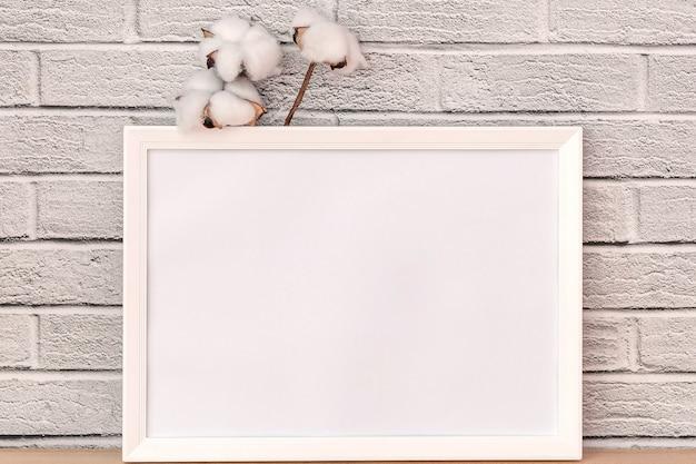 美しい白い綿とホワイトボードのエレガントな小枝