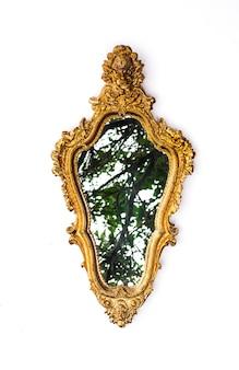 흰색 배경에 고립 된 우아한 빅토리아 거울