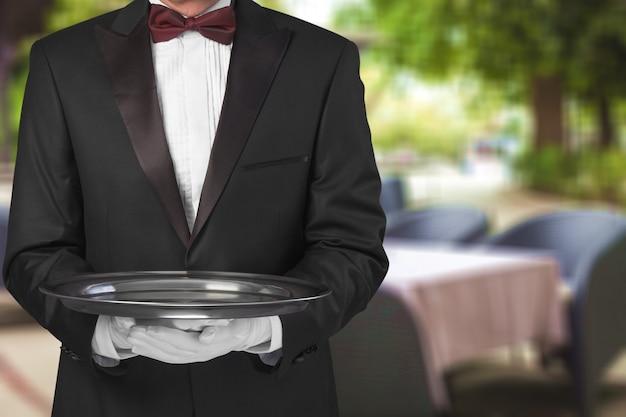 빈 접시를 들고 흰 장갑에 우아한 웨이터 손