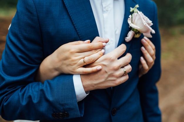 Элегантная свадебная пара. жених и невеста обнимаются в день свадьбы