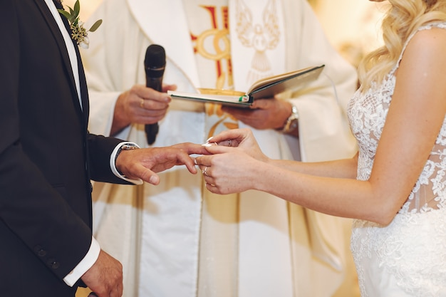 エレガントな結婚式のカップル