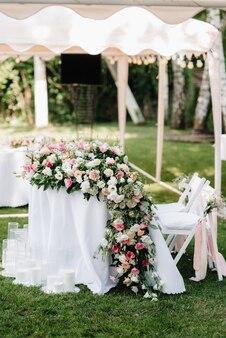 천연 꽃과 녹색 요소로 만든 우아한 웨딩 장식