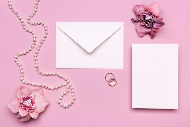 Invito a nozze elegante con perle sul tavolo