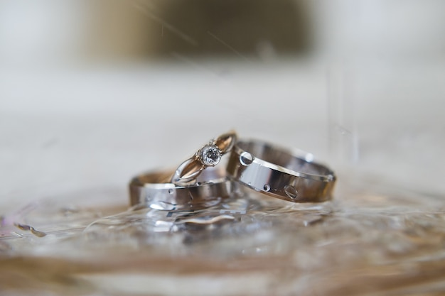 ホワイトゴールドとダイヤモンドのエレガントな結婚指輪。