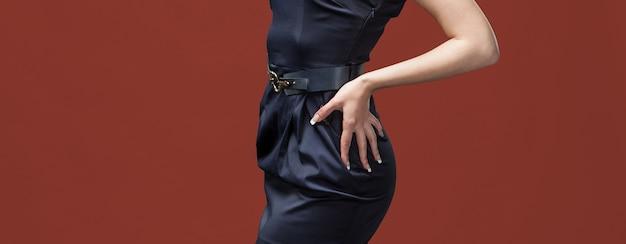 エレガントな女性と美容のコンセプトです。エレガントな服装をした女性の胴の断片のスタジオ画像