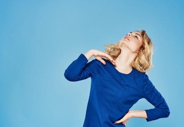 エレガントな女性の青いドレスの感情のライフスタイルのトリミングされたビュー Premium写真