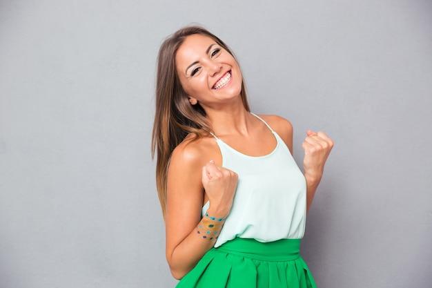 Элегантная женщина празднует свой успех