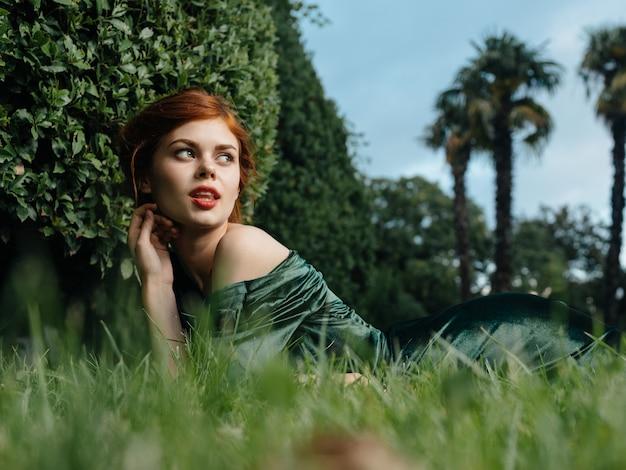 Элегантная женщина косметика зеленое платье природа роскошная гламурная модель.