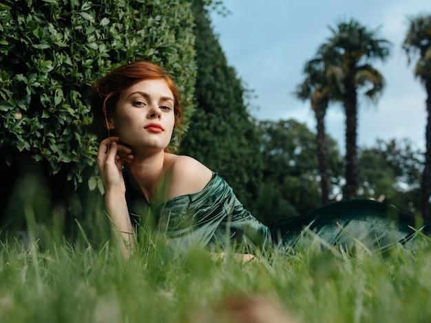 Элегантная женщина косметика зеленое платье природа роскошь гламур модель