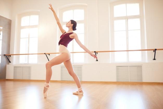 Элегантная женщина танцует в пуантах