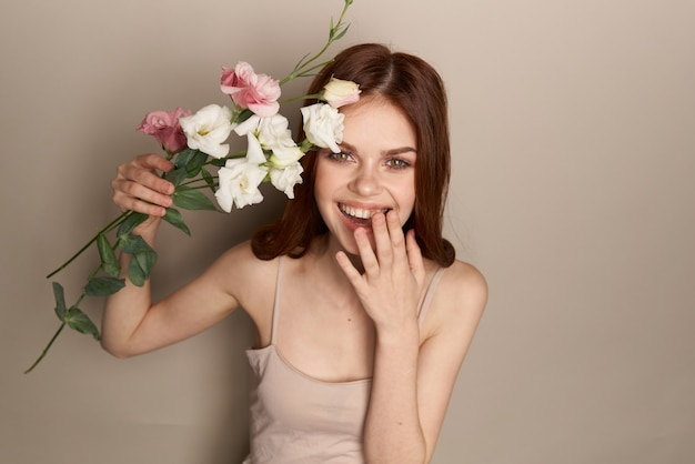 Элегантная женщина цветет очарование и роскошный бежевый фон. фото высокого качества