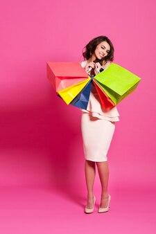 ショッピングバッグでいっぱいのエレガントな女性