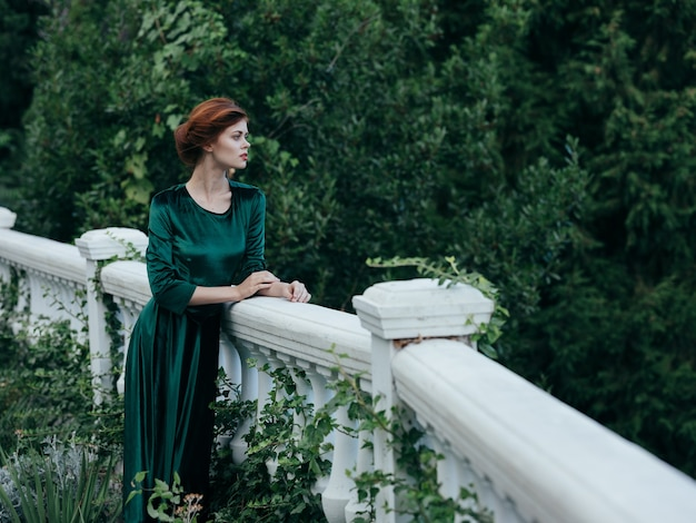 エレガントな女性の緑のドレス建築自然ロマンス贅沢
