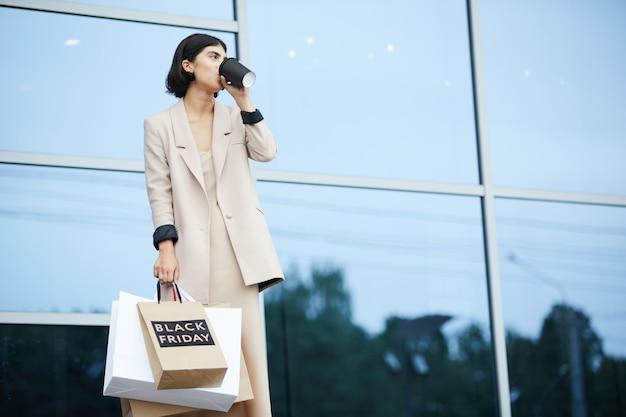 Элегантная женщина, держащая сумки
