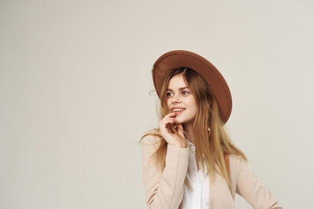 服スタジオファッション高級を飾る帽子のエレガントな女性