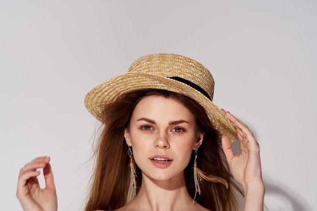 帽子の装飾化粧品の豪華なクローズアップスタジオライトのエレガントな女性。