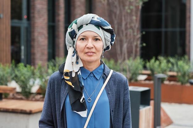 야외에서 히잡을 쓴 우아한 여성