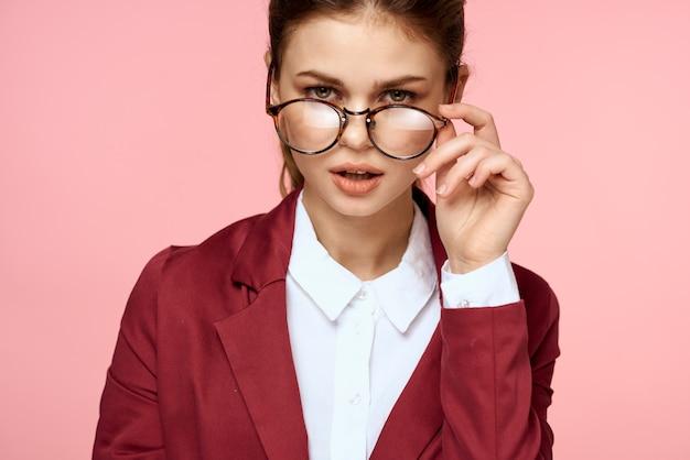 赤いジャケットとメガネのエレガントな女性