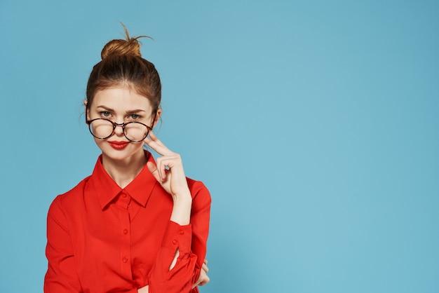 赤いシャツの公式青のエレガントな女性