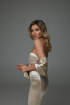Элегантная женщина в блестящем длинном платье