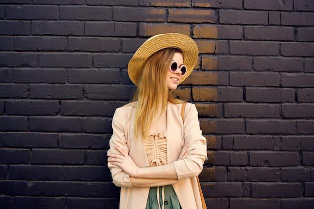 거리 도보 도시 스타일 벽돌 배경에 선글라스에 우아한 여자. 고품질 사진