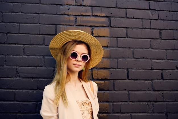 거리 도보 도시 스타일 벽돌 배경에 선글라스에 우아한 여자.