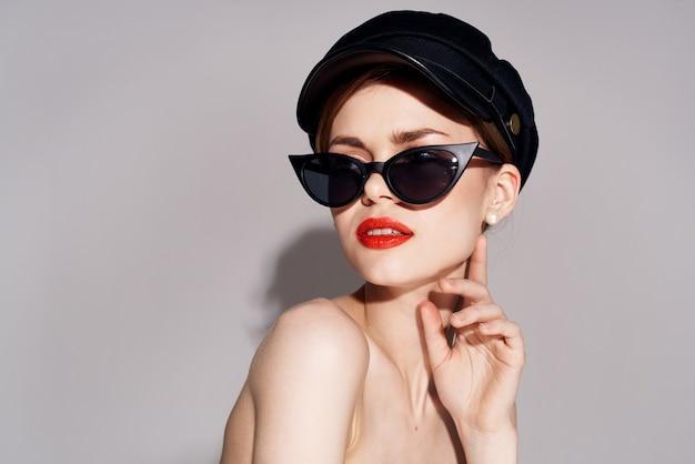 Элегантная женщина в солнцезащитных очках с красными губами модной роскошной одежде. фото высокого качества
