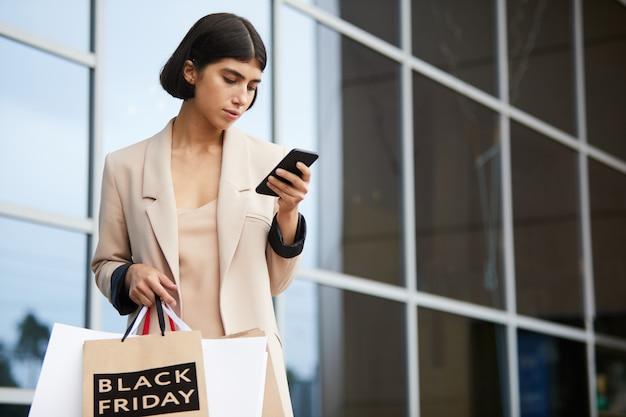 Элегантная женщина покидает бутик