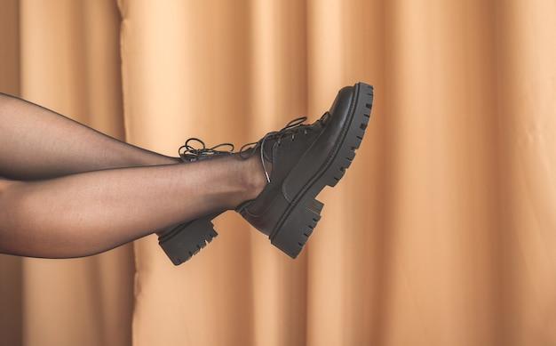 내부 배경에 팬티 스타킹과 검은 신발에 우아한 여자 다리. 글래머와 여성의 뷰티 컨셉 사진
