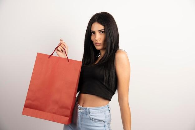쇼핑 가방과 함께 포즈 우아한 여자입니다. 고품질 사진